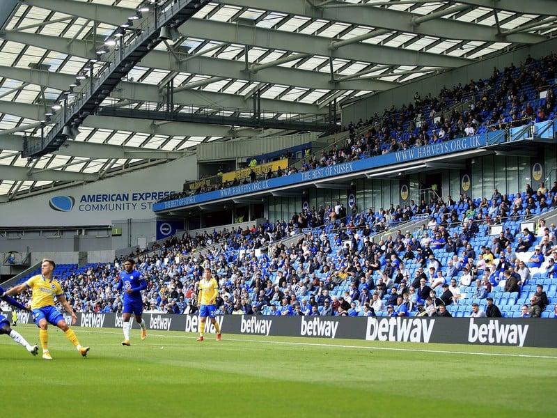 Fanúšikovia na tribúnach počas zápasu Brightonu s Chelsea v odstupoch