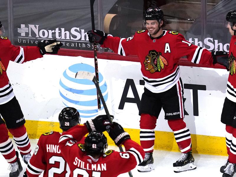 Hráči tímu Chicago Blackhawks oslavujú gól