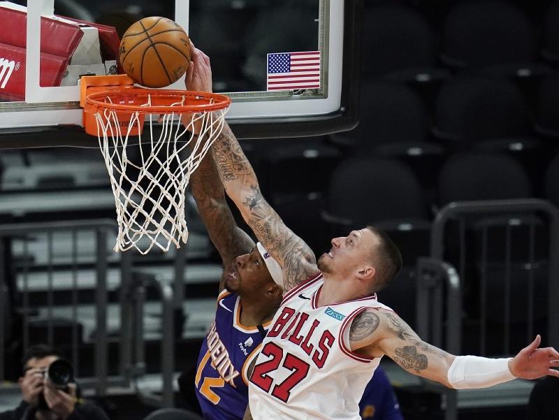 Hráč Chicago Bulls Daniel Theis (vpravo) blokuje Torreyho Craiga z Phoenixu Suns