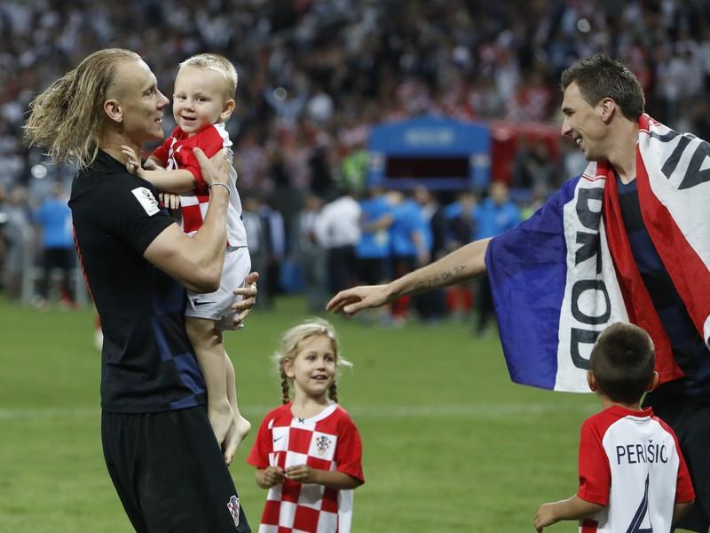 Domagoj Vida s deťmi po semifinálovom zápase