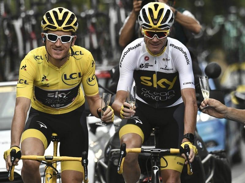 Geraint Thomas a Chris Froome si pripíjajú šampanským na znak triumfu na Tour de France