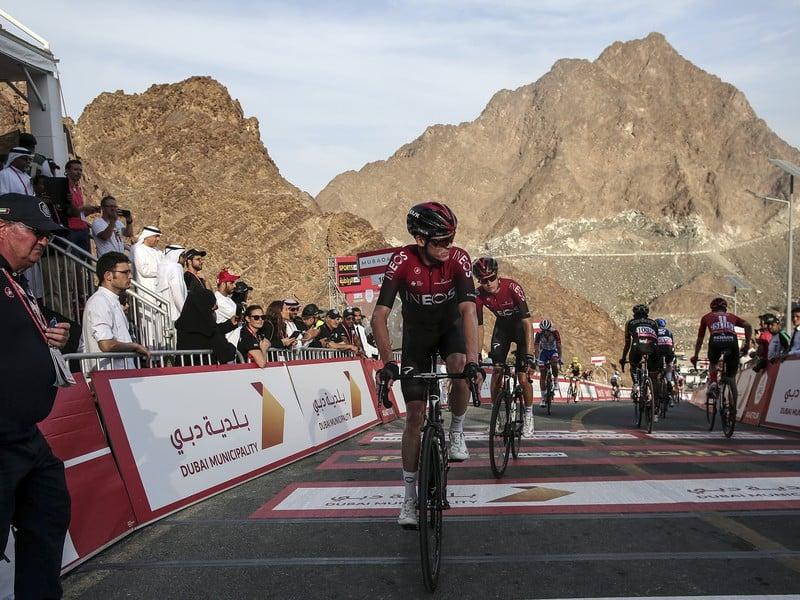 Profesionálne cyklistické tímy Ineos a Astana dočasne prerušili sezónu.