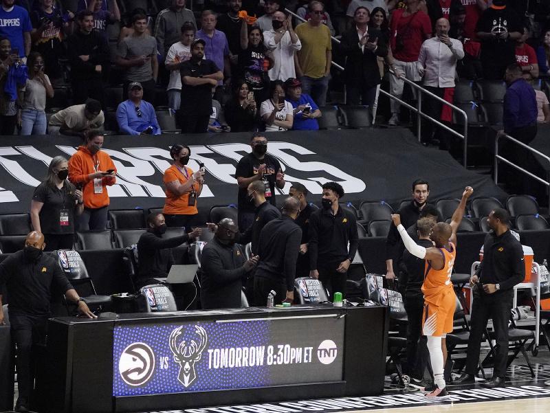 Chris Paul oslavuje postup do finále pred fanúšikmi