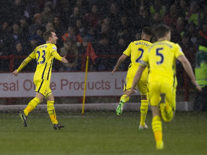 Christian Eriksen (23) so spoluhráčmi oslavuje gól Tottenhamu