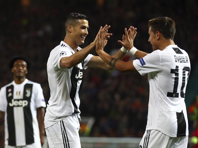 Paulo Dybala a Cristiano Ronaldo oslavujú gól Juventusu