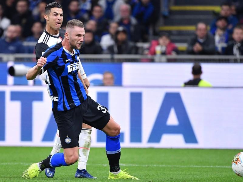 Milan Škriniar v súbojis Cristianom Ronaldom