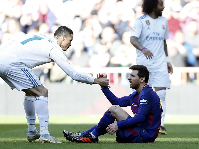 Cristiano Ronaldo pomáha Lionelovi Messimu počas El Clásica