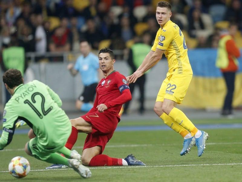 Cristiano Ronaldo a brankár Andrij Pjatov
