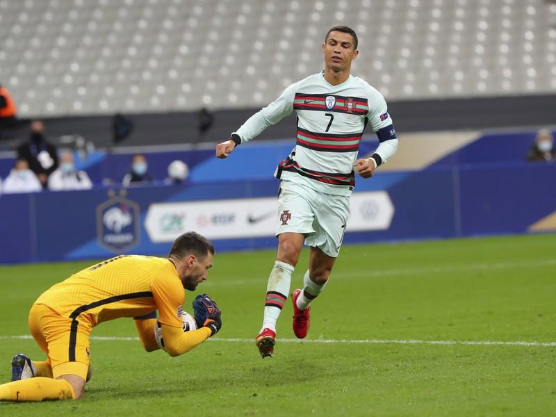 Zasahujúci Hugo Lloris a Cristiano Ronaldo