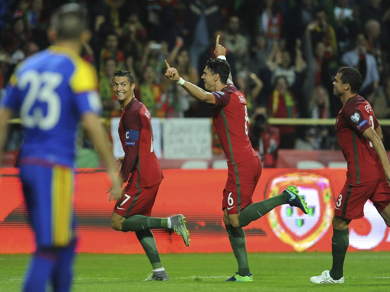 Cristiano Ronaldo, Jose Fonte a Pepe oslavujú gól Portugalska
