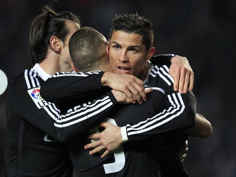 Cristiano Ronaldo, Karim Benzema a Gareth Bale oslavujú gól Realu