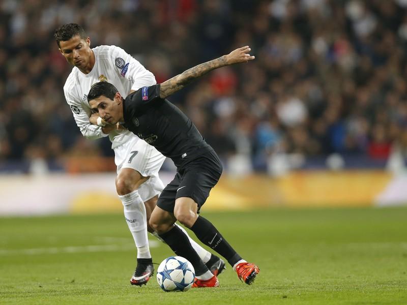 Cristiano Ronaldo a Ángel Di María v súboji o loptu
