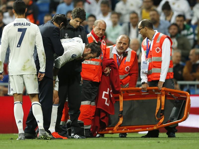 Cristiano Ronaldo a jeho zranený spoluhráč Gareth Bale v opatere lekárov