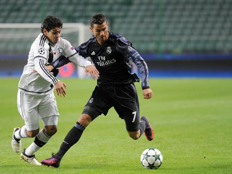 Cristiano Ronaldo v súboji o loptu