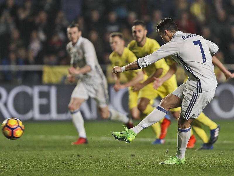 Cristiano Ronaldo premieňa pokutový kop
