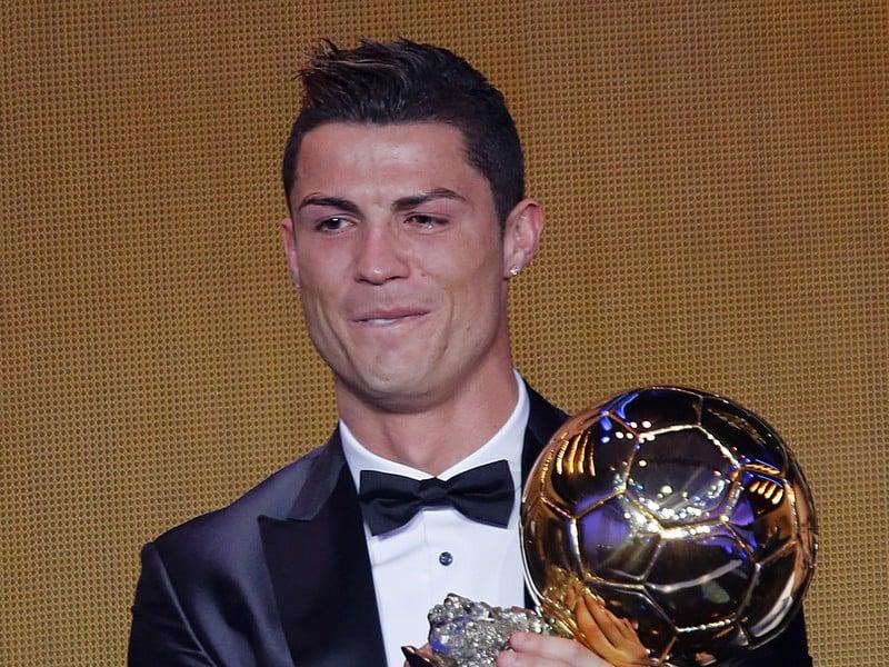 Cristiano Ronaldo so slzami v očiach počas udeľovania Zlatej lopty