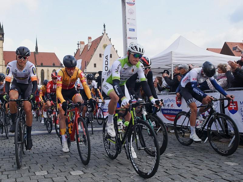 Cyklisti po štarte prvej etapy 63. ročníka cyklistických pretekov okolo Slovenska