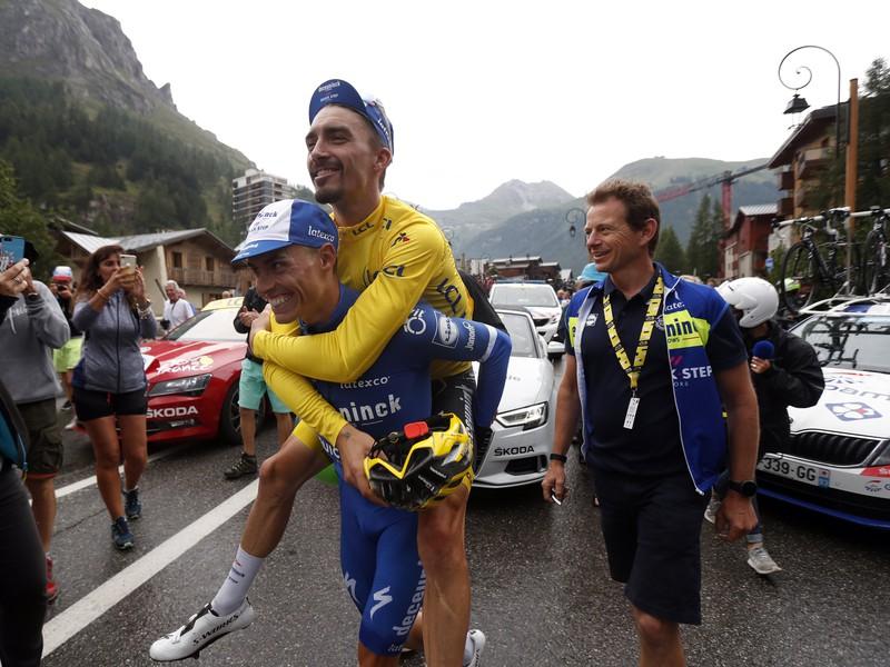 Enric Mas nesie na chrbte žltého Juliana Alaphilippa