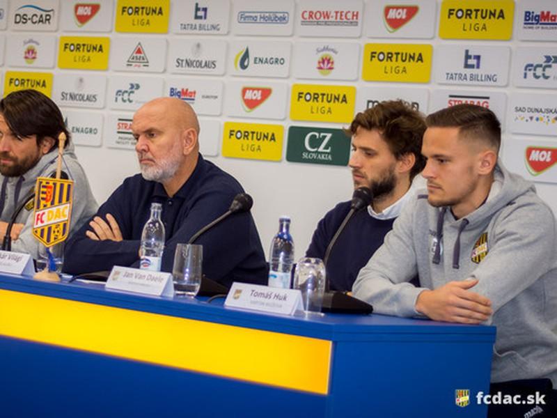 Majiteľ klubu Oszkár Világi, športový riaditeľ Jan Van Daele, tréner Peter Hyballa a kapitán mužstva Tomáš Huk.
