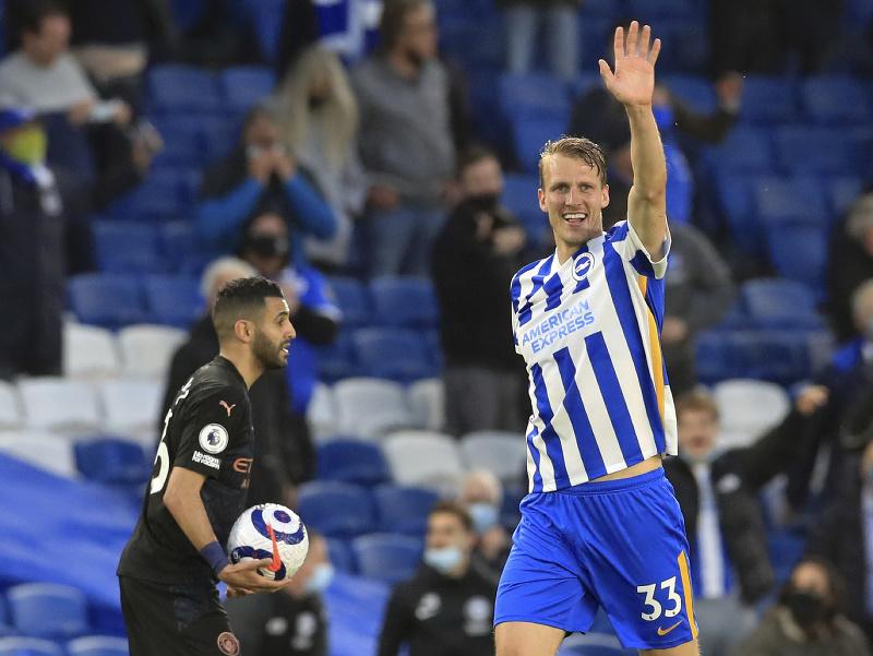 Hráč Brightonu Dan Burn sa teší z gólu do siete Manchestru City