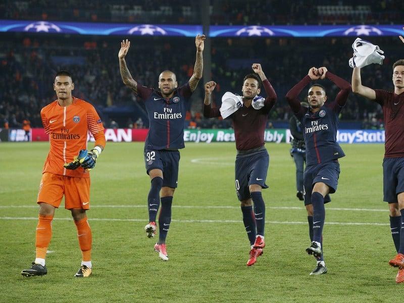 Hráči PSG zľava Alphonse Areola, Dani Alves, Neymar, Layvin Kurzawa a Julian Draxler oslavujú víťazstvo