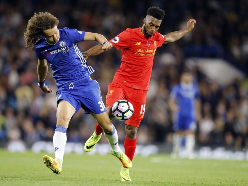 David Luiz a Daniel Sturridge v súboji o loptu