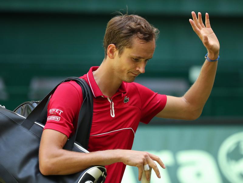 Ruský tenista Daniil Medvedev odchádza po prehre nad Nemcom Janom-Lennardom Struffovom