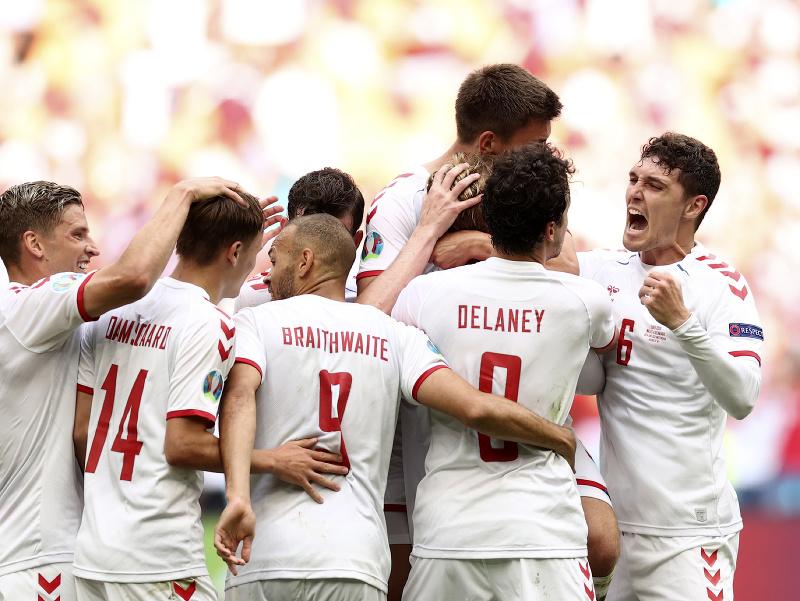 Dánski futbalisti sa tešia po góle počas osemfinále ME vo futbale