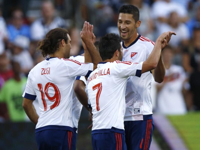 David Villa (7) so spoluhráčmi oslavuje gól proti Tottenhamu