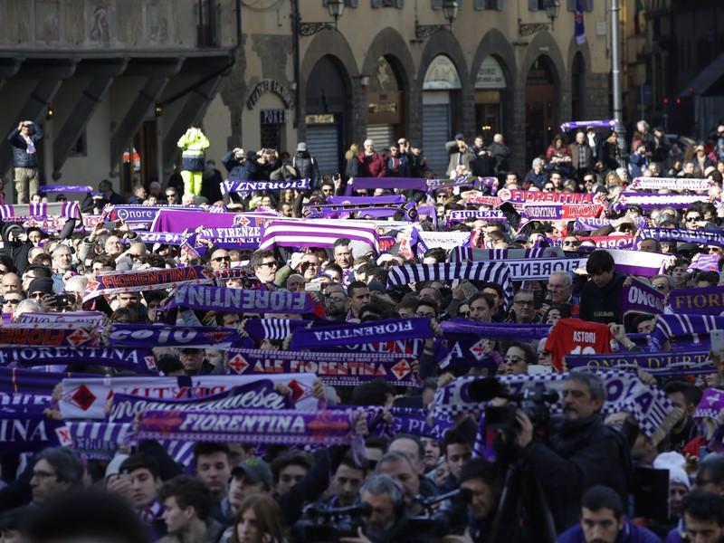 Fanúšikovia Fiorentiny sa účastnia pohrebu hráča talianskeho futbalového klubu ACF Fiorentina Davide Astoriho