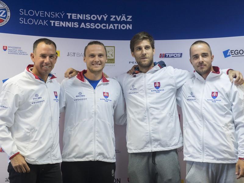 Nehrajúci kapitán slovenského daviscupového tímu Dominik Hrbatý a reprezentanti Jozef Kovalík, Martin Kližan a Andrej Martin