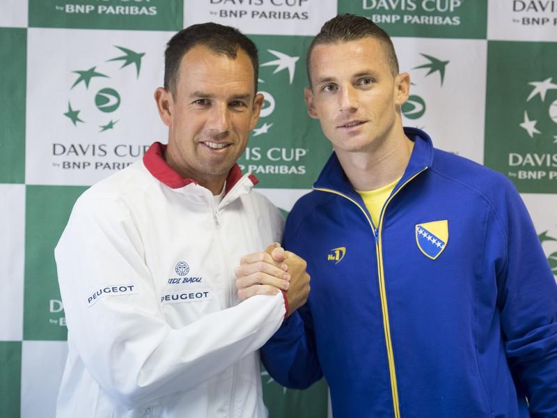 Nehrajúci kapitán slovenského daviscupového tímu Dominik Hrbatý (vľavo) a hrajúci kapitán daviscupového tímu Bosny a Hercegoviny Tomislav Brkič