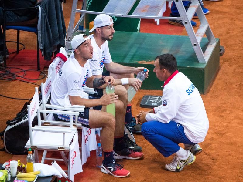 Slovenskí tenisti Andrej Martin, Igor Zelenay a nehrajúci kapitán slovenského daviscupového tímu Dominik Hrbatý