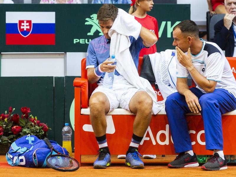 Na snímke zľava slovenský tenista Martin Kližan a nehrajúci kapitán slovenskej daviscupovej reprezentácie Dominik Hrbatý