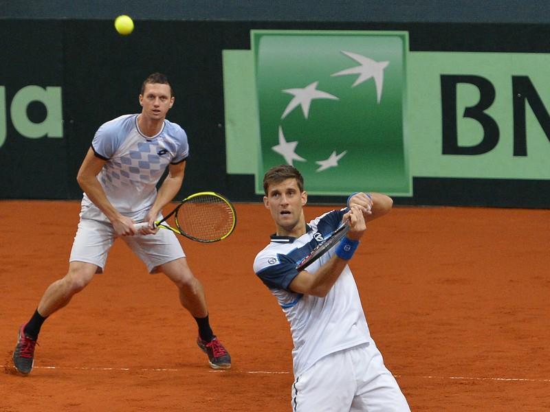 Na snímke slovenskí daviscupoví reprezentanti Martin Kližan (vpravo) a Filip Polášek počas štvorhry