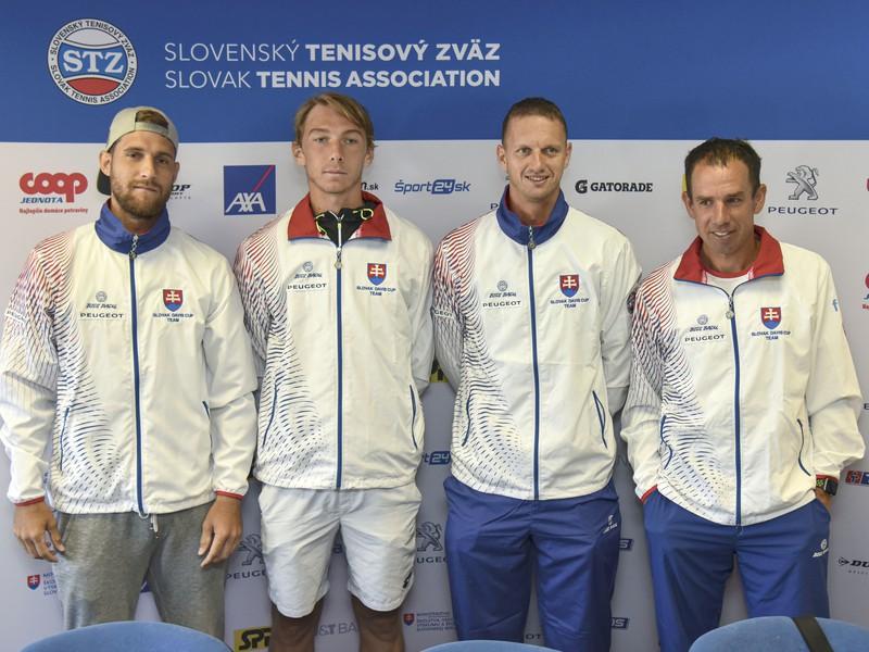 Slovenský daviscupový tím, zľava Martin Kližan, Lukáš Klein, Filip Polášek, nehrajúci kapitán Dominik Hrbatý