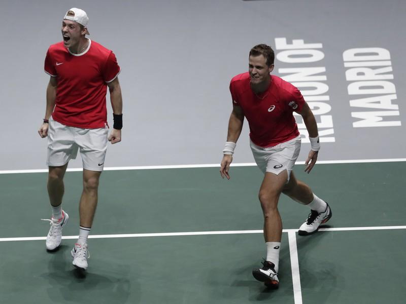 Denis Shapovalov a Vasek Pospisil oslavujú postup Kanady do finále