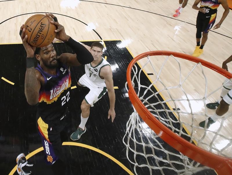 Deandre Ayton z Phoenix Suns smečuje na kôš