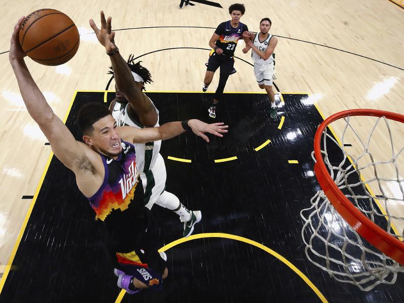 Na snímke hráč Suns Devin Booker smečuje na kôš