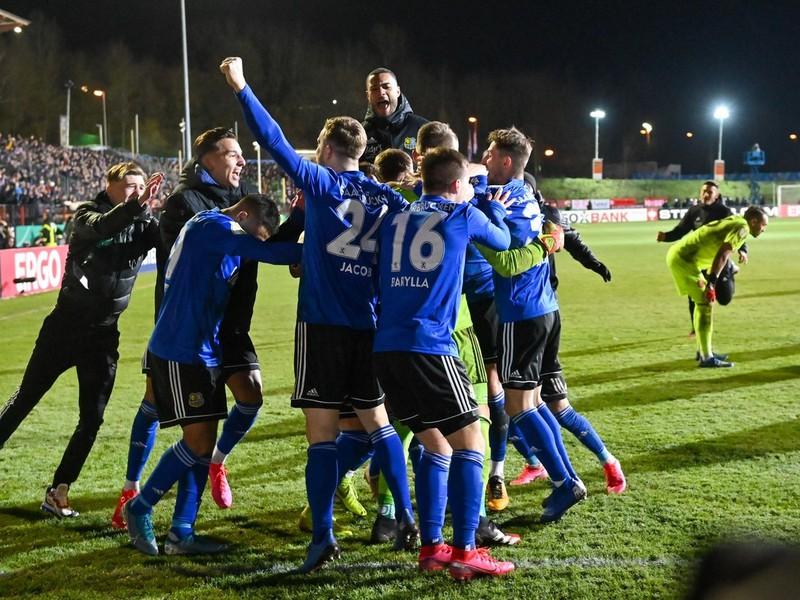 Oslavujúci hráči 1. FC Saarbrücken po postupe cez Düsseldorf