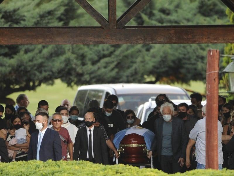 Rodina a blízki priatelia pochovali legendárneho Diega Maradonu
