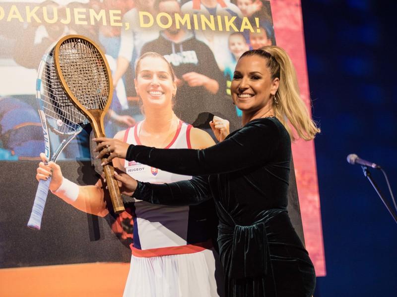 Bývalá tenistka Dominika Cibulková počas symbolického vešania rakety na klinec