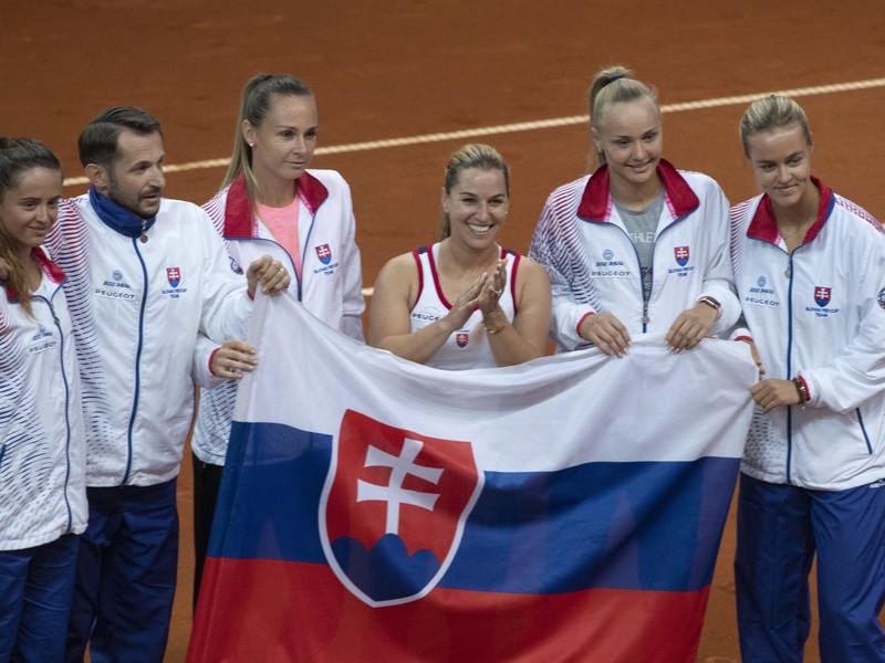 Slovenský fedcupový tím po získaní tretieho rozhodujúceho bodu Dominiky Cibulkovej
