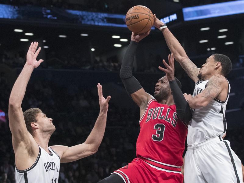 Dwyane Wade blokovaný hráčmi Brooklynu Nets