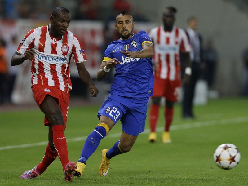 Éric Abidal a Arturo Vidal v súboji o loptu