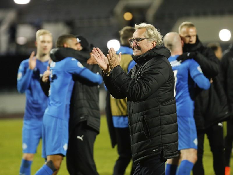 Erik Hamrén oslavuje so zverencami triumf Islandu