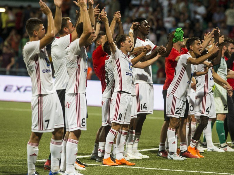 Na snímke hráči AS Trenčín oslavujú víťazstvo 4:0 v prvom zápase 3. predkola Európskej ligy UEFA