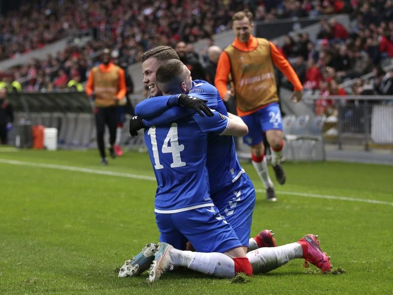 Ryan Kent oslavuje gól, objíma ho spoluhráč Florian Kamberi