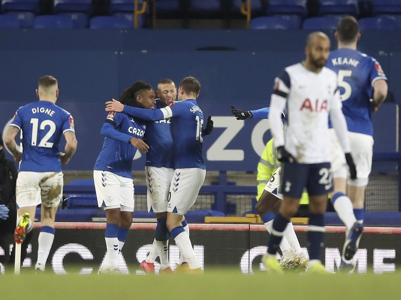 Hráči Evertonu oslavujú gól do siete Tottenhamu