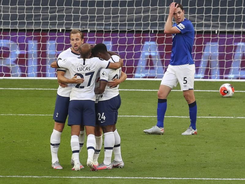 Hráči Tottenhamu oslavujú gól Giovaniho Lo Celsa do bránky Evertonu